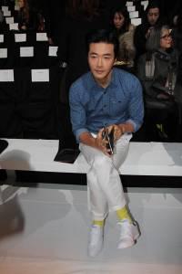 韓國演員 權相佑 紐約時裝周穿搭 選用「LACOSTE」白色鞋款 搭出獨特運動時尚風範