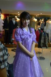我在北韓拍到的第一美女店員PTT鄉民:如果她被金正恩發現可就慘了....