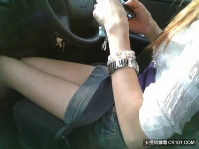 辣妹開車就是這麼霸氣外露!