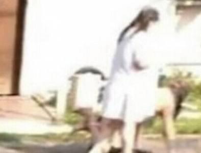 女子疑似玩SM街頭遛男友男友全裸嚇壞路人