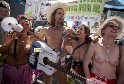 紐約『裸胸日』最後衝刺! 紐約客超大膽的赤裸遊行 『奶奶』看不完...