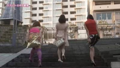 為何美眉上樓梯總遮裙子? 現在才知道超短裙下的秘密...