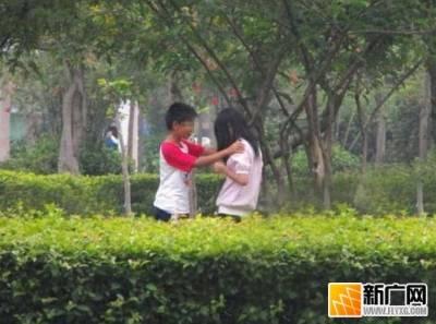 現在的小學生太早熟,竟然在公園裡.....