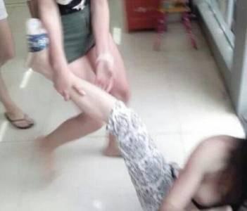 小三女子被扒光群毆,話說蒼蠅不叮無縫的蛋,管好自己的老公吧