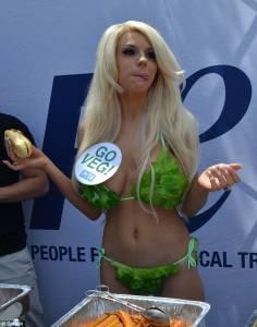 生菜貼胸,宣揚素食主義! 19 歲女穿「沙拉比基尼」力挺公益活動!