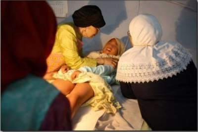 實拍印尼女孩割禮手術:割除一部分性器官