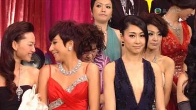 驚人發現!TVB台慶截圖GIF 注意欣賞圖中紅衣小姐的眼神 表情和動作!!
