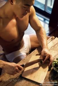 現在美食微博競爭好激烈啊 ,男生都要穿這樣出來做飯了