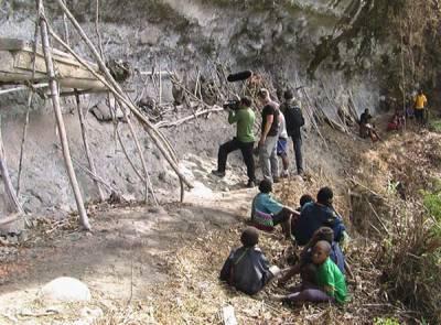新幾內亞土著恐怖的屍體儀式,勇士才享這樣待遇