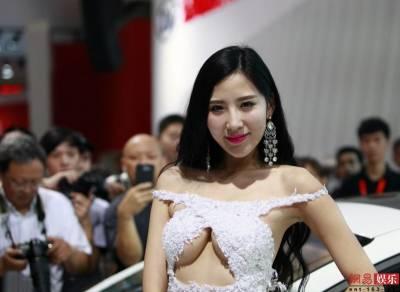 車模韓盼盼亮相武漢車展 「八字豪乳」引無數觀眾圍觀