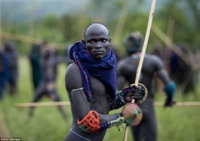 埃塞俄比亞部落血腥鬥棍:死者獲賠牛或姑娘
