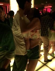「夜店這樣隨便摳摳對嗎?」當熱褲辣妹遇到「撿屍摳摳哥」真的髒爆了! ...