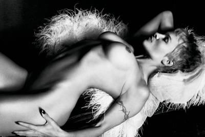 性感依舊 Pamela Anderson為Purple雜誌寬衣解帶
