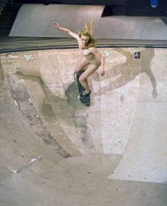 PLAYBOY 滑板女團「Nude Playmates」最愛全裸溜滑板... 影片