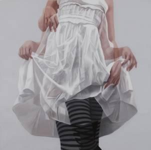 女孩子輕輕撩起裙擺的美麗模樣