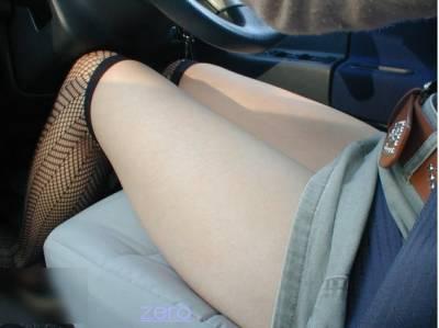 穿這麼短怎麼安心開車?!讓人血脈噴脹的【車內美腿秀】