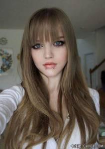 西洋「娃娃女」Dakota有著無暇美貌。