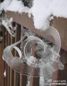 風怎麼刮的,冰都記得。。。冰竟然記住了風的方向,留下美麗的線條…