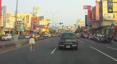 女人馬路正中央玩手機,完全不要命了
