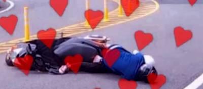 北宜過彎摔車不忘放閃 男子地上熊抱女友...
