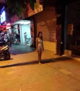 為了Iphone6什麼都可以!竟有女子在街上裸奔...