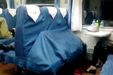 在火車上睡覺的都是武林高手... 都不敢在火車睡覺了.. 下一秒就是你被拍上網....