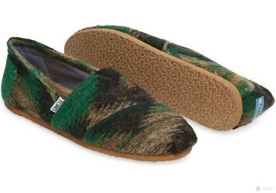 穿在腳上的披肩!TOMS男鞋貼心雙重選擇,絨毛披肩款讓你穿在腳底,暖在心裡~