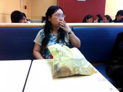 26 歲女被男友甩... Long Stay 肯德基吃一星期炸雞療情傷