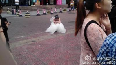 女孩扮70歲老太拍婚紗照嚇跑男友