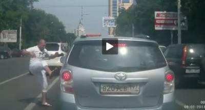 到底是怎樣的超車才讓光頭佬上演街頭格鬥阿!?