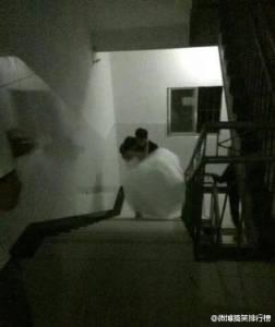 女大生穿婚紗宿舍樓下跟男友求婚,然後男友就對她做了這件事…