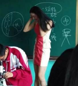 超正生物女教師鄧媛媛走紅,上課露美腿男同學都嚇呆了!