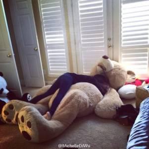 這隻熊讓正妹也受不了...