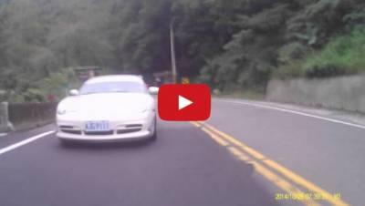 保時捷北宜公路與重機「尬車」 意外撞上山壁...
