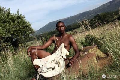 南非這群動物保育員居然在野外全脫光了 但其實背後有重要的意義...