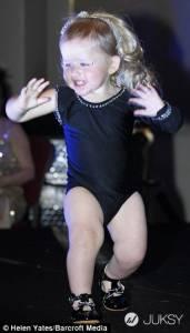 超萌19個月「小碧昂絲」 身穿200英鎊華服大秀舞技