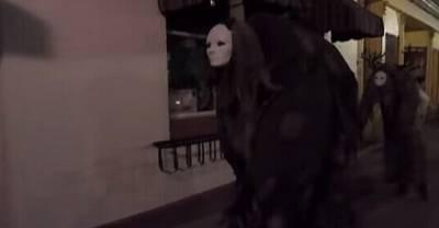 cosplay神隱少女「無臉男」 千尋嚇到尿褲子