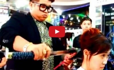 理髮師拿武士刀剪頭髮 客:「掉在地上那是什麼....」
