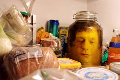 看這個瘋狂的男人是如何把自己的頭裝進罐子裡?!