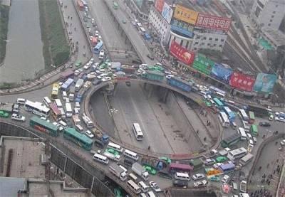 中國可怕的交通 網友:「救護車來不及了啦!!」