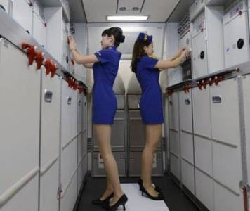 日本空姐穿迷你裙制服登機 被控誘發性騷擾