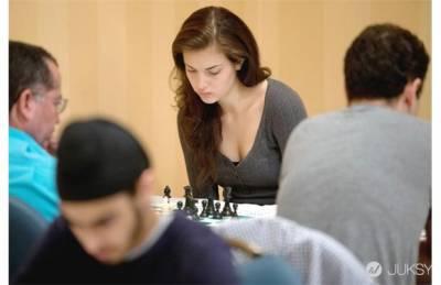 19歲美女棋士! 突然想學西洋棋了...