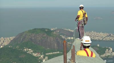 巴西耶穌像遭雷擊 勇敢工人在超高空下修復...