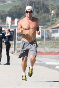 運動型男! 好萊塢男星穿了什麼來慢跑?