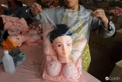 中國最大充氣娃娃工廠直擊!員工:「手腳散亂的像停屍間」