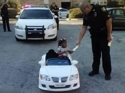 美國2歲女童超速開玩具車被警察開罰單