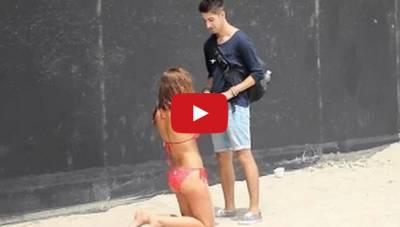 這男的與路上女子玩拇指遊戲,贏的可以親親,可是1分20處怎麼會有這種情況...