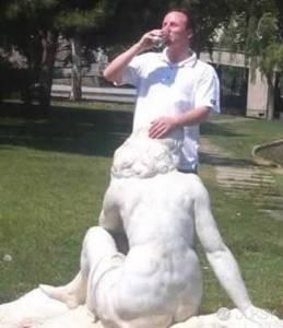 好邪惡的雕像惡搞