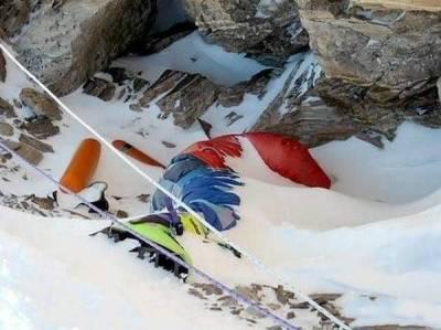 聖母峰上的登山罹難者,看了好難過...