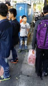 網友偷拍嫩版彭于晏被抓去警局。「那個哥哥是不是在偷拍我...」